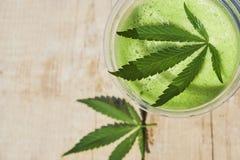 Grön marijuanasmoothiefruktsaft på vit bakgrund fotografering för bildbyråer