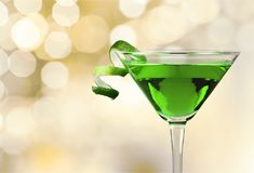 Grön Martini coctail i exponeringsglas på suddigt royaltyfria foton