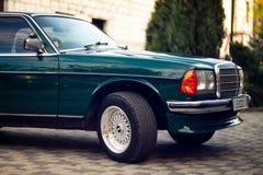 Grön Mercedes-Benz för gammal sällsynt tappning huv, hjul, dörr, vindruta, spegel, emblem, exponeringsglas, billyktor, elementsky fotografering för bildbyråer