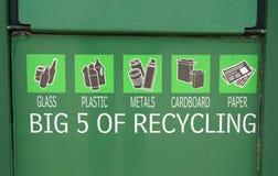 Grön metallbehållare för återanvändning av exponeringsglas, plast-, metaller, papp, papper arkivbild