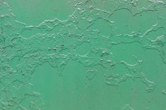 Grön metallisk bakgrund med skalning och knäckt målarfärg royaltyfri foto