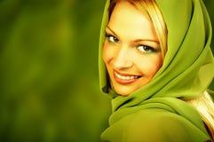 grön naturlig brunnsortkvinna Arkivbild