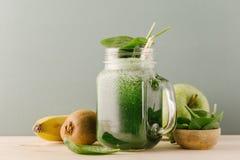Grön ny drink i kruset Royaltyfri Bild