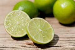 Grön ny limefrukt på träden utomhus- tabellmakrocloseupen royaltyfri bild