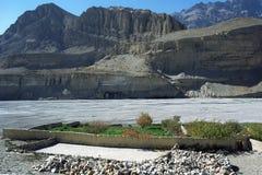 Grön oasträdgård, på kusten av Kali Gandaki River nära den Chhusang byn Arkivfoton