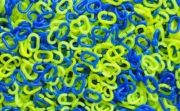 Grön och blå plast- kedja Arkivfoto