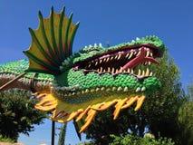 Grön och gul drakeskulptur royaltyfri foto