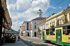 Grön och gul spårvagn i Miskolc royaltyfri bild