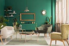 Grön och guld- vardagsrum royaltyfri bild
