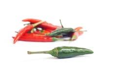 Grön och röd chilipeppar Arkivbild