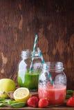 Grön och röd smoothie Arkivbilder