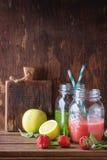 Grön och röd smoothie Royaltyfri Fotografi