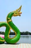 Grön ormstaty i templet Thailand Arkivbild