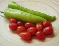Grön paprika och tomater arkivbilder