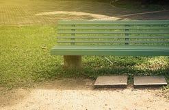 grön park för bänk Arkivfoton