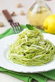Grön pastaspagetti för italienare med gröna ärtor för pesto, mintkaramell royaltyfri bild