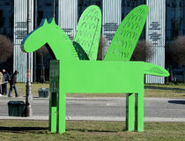 Grön Pegasus skulptur i Warszawa Royaltyfria Bilder
