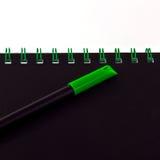 Grön penna och anteckningsbok Royaltyfria Foton