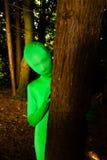 Grön person bak en tree Royaltyfria Foton