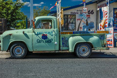 Grön pickup Main Street, Seligman på historiska Route 66, Arizona, USA, Juli 22, 2016 Arkivfoton