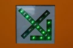 Grön pil på ett slut för strömkretsdiagram upp fotografering för bildbyråer