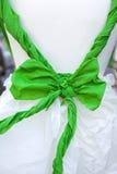 Grön pilbåge som binds i den vita dockan Arkivbilder