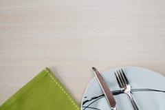 Grön platta för servettknivgaffel Fotografering för Bildbyråer