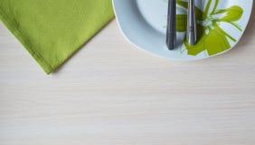Grön platta för servettknivgaffel Royaltyfria Bilder
