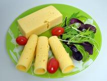 Grön platta med mat - ost, tomater, grönsallat royaltyfri fotografi