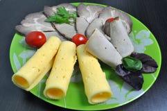 Grön platta med mat - ost, tomater, grönsallat royaltyfria bilder