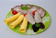 Grön platta med mat - ost, tomater, grönsallat fotografering för bildbyråer