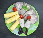 Grön platta med mat - ost, tomater, grönsallat arkivbilder