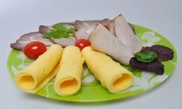 Grön platta med mat - ost, tomater, grönsallat arkivfoton
