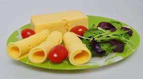 Grön platta med mat - ost, tomater, grönsallat arkivfoto