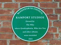 Grön platta på väggen av byggande förr av Ramport studior som används av som vaggar gruppen för att anteckna olika album royaltyfri fotografi