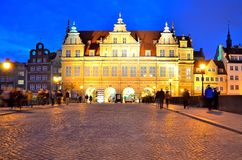 Grön port på den Dlugi Targ fyrkanten i Gdansk på natten Arkivbilder