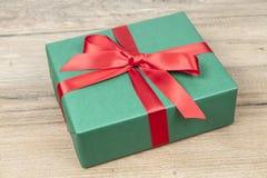 grön present för jul arkivfoto