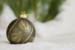Grön prydnad i snön Royaltyfri Foto