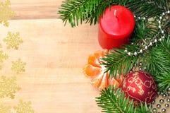 Grön röd och guld- boll för julgran, mandarin som ferie December Royaltyfri Fotografi
