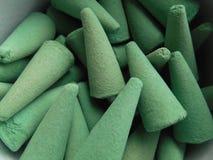 Grön rökelse i form av pyramider Royaltyfria Foton