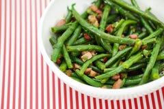 Grön radbönasallad med skinka och vinaigrette Arkivfoto