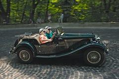 Grön retro bil på loppspåret på den Leopolis granda prixen Royaltyfria Bilder