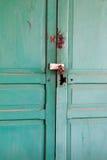 Grön retro dörr Gammal arkitektonisk beståndsdel Royaltyfria Bilder