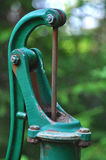 Grön retro vattenpump Royaltyfri Foto