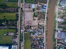 Grön risfält, stad och Nan flod i Phichit, Thailand Arkivfoto