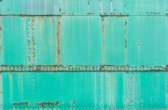 Grön rostig metall målad bakgrund, grungetextur, drevyttersida arkivfoto