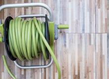 Grön rubber slang i den plast- rulluppsättningen Royaltyfria Bilder