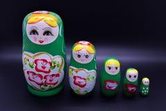 Grön ryssmedborgareMatrioska leksak på mörk bakgrund royaltyfri fotografi