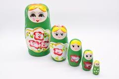 Grön ryssmedborgareMatrioska leksak på vit bakgrund arkivbilder