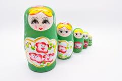Grön ryssmedborgareMatrioska leksak på vit bakgrund arkivfoton